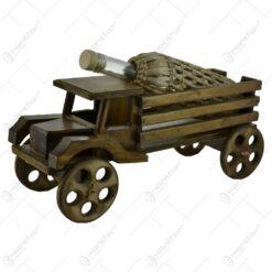 Sticla pentru vin pe suport din lemn in forma de camion - Design Rustic