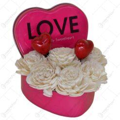 Cutie metalica in forma de inimioara decorata cu trandafiri si inimioare