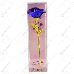 Trandafir realizat din plastic in cutie cadou - Diverse culori