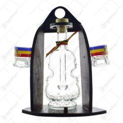 Suport lemn cu sticla si 2 pahare de tuica - sticla in forma de vioara