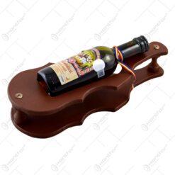 Suport lemn in forma de vioara cu sticla de vin.