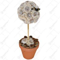 Ghiveci realizat din lut cu pom decorativ realizat din flori uscate