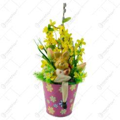 Decoratiune cu flori artificiale si iepuras pentru Pasti in ghiveci