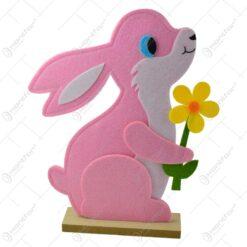 Figurina decorativa pentru Pasti realizata din pasla pe talpa de lemn - Iepuras cu floare (Model 2)
