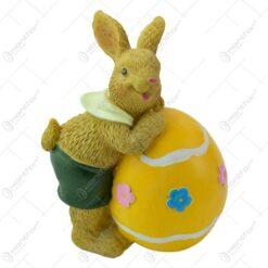 Figurina iepuras de Paste realizata din rasina - Iepuras cu ou colorat - 2 modele