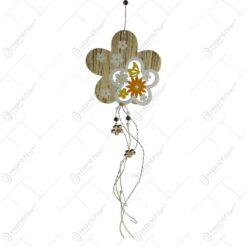 Decoratiune pentru usa in forma de floare realizata din lemn - Design cu flori