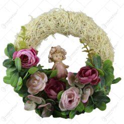 Coronita usa cu trandafiri si cu o figurina ceramica
