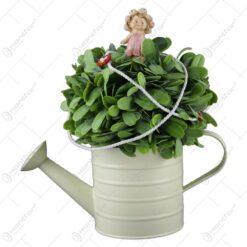 Stropitoare decorat cu flori si cu o figurina ceramica