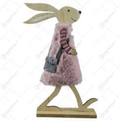 Figurina iepuras din lemn cu blana artificiala si cu traista