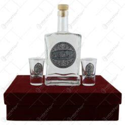 """Sticla de tuica cu doua pahare cu etichete decorative metalice - """"La multi ani"""""""