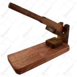Spargator manual realizat din lemn pentru nuci si alune