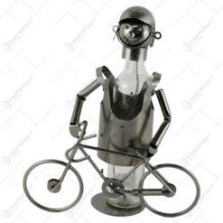 Suport pentru vin realizat din metal in forma de biciclist cu bicicleta