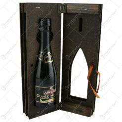 """Suport lemn in forma de carte cu o sticla de vin 200 ml """"25"""""""