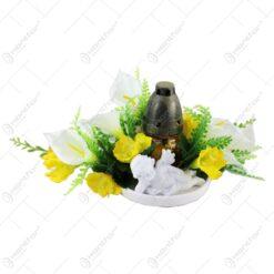 Aranjament floral pentru cimitir cu ingeras si o candela 26 CM